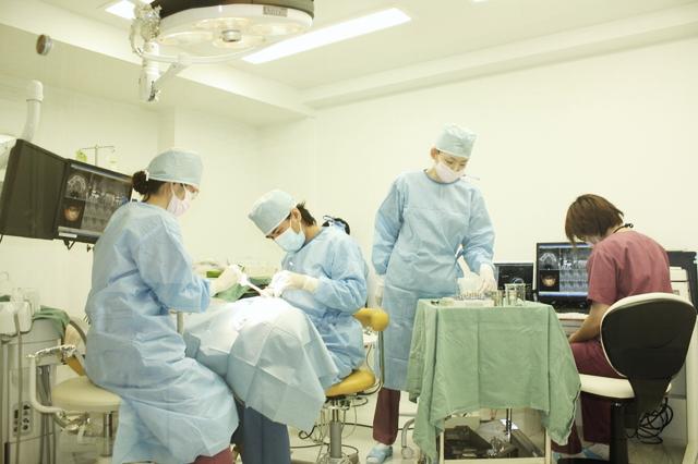 麻酔医を含むインプラントチームによる手術